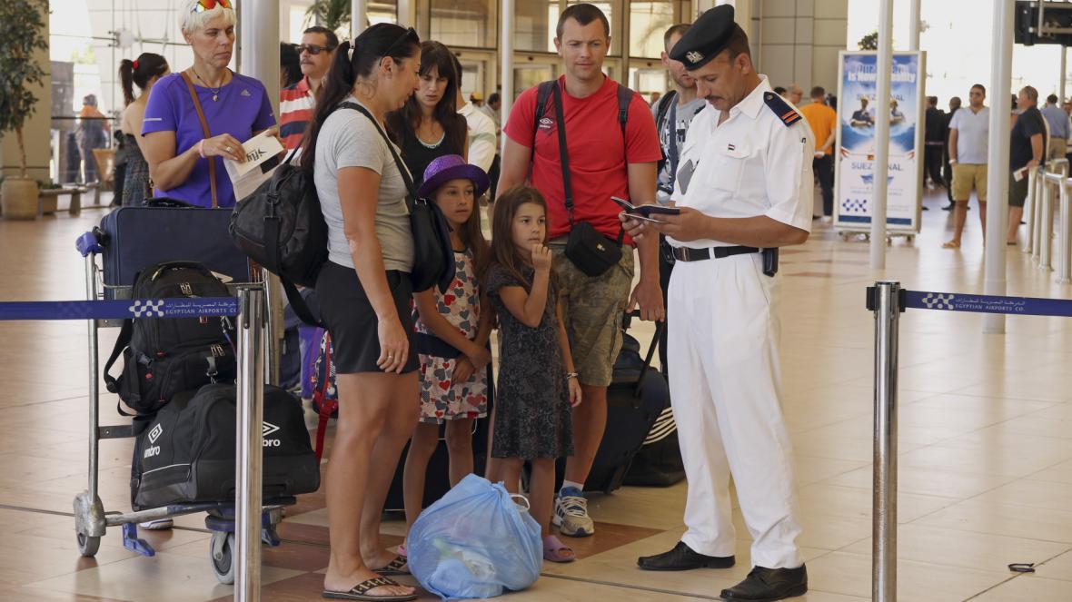 Odbavení britských turistů v Šarm aš-Šajchu
