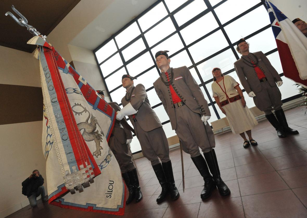 Oprava významného praporu stála tři sta tisíc korun