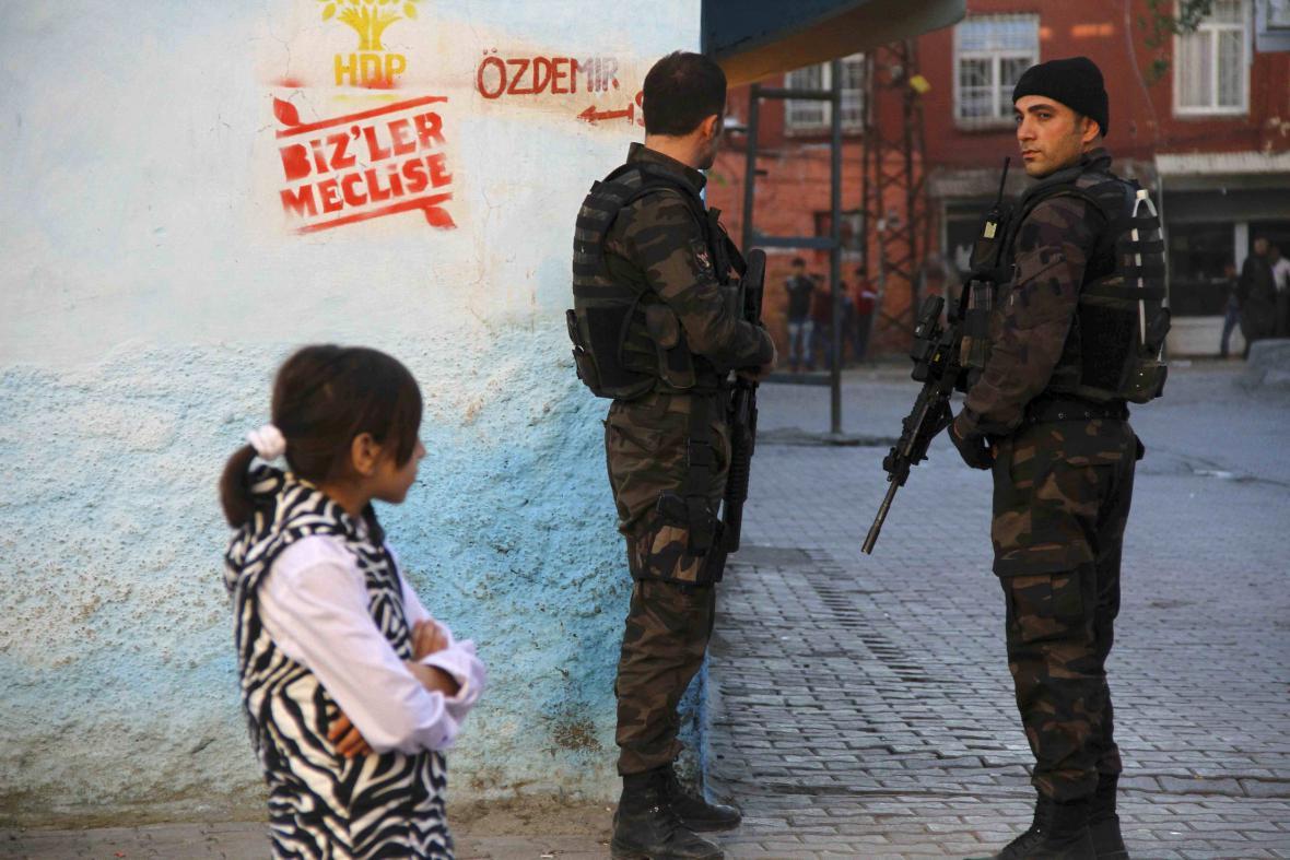 Turecká policie hlídkuje během voleb v Ankaře