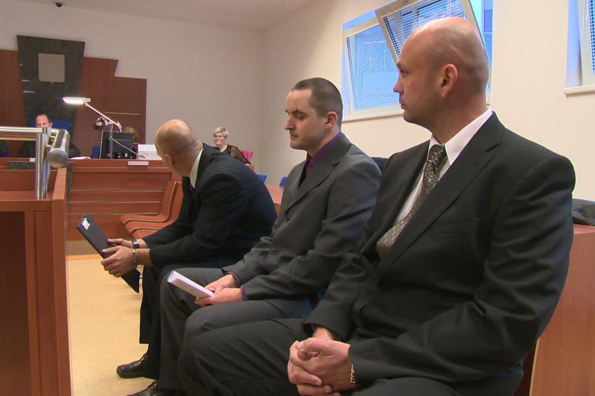 Trojice obžalovaných policistů u soudu