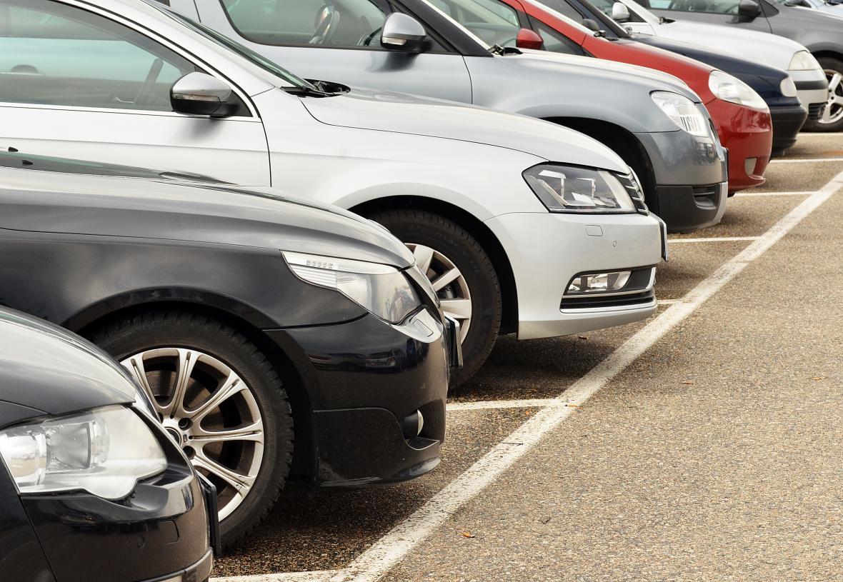V centru Brna se od neděle platí parkovné do 22 hodin