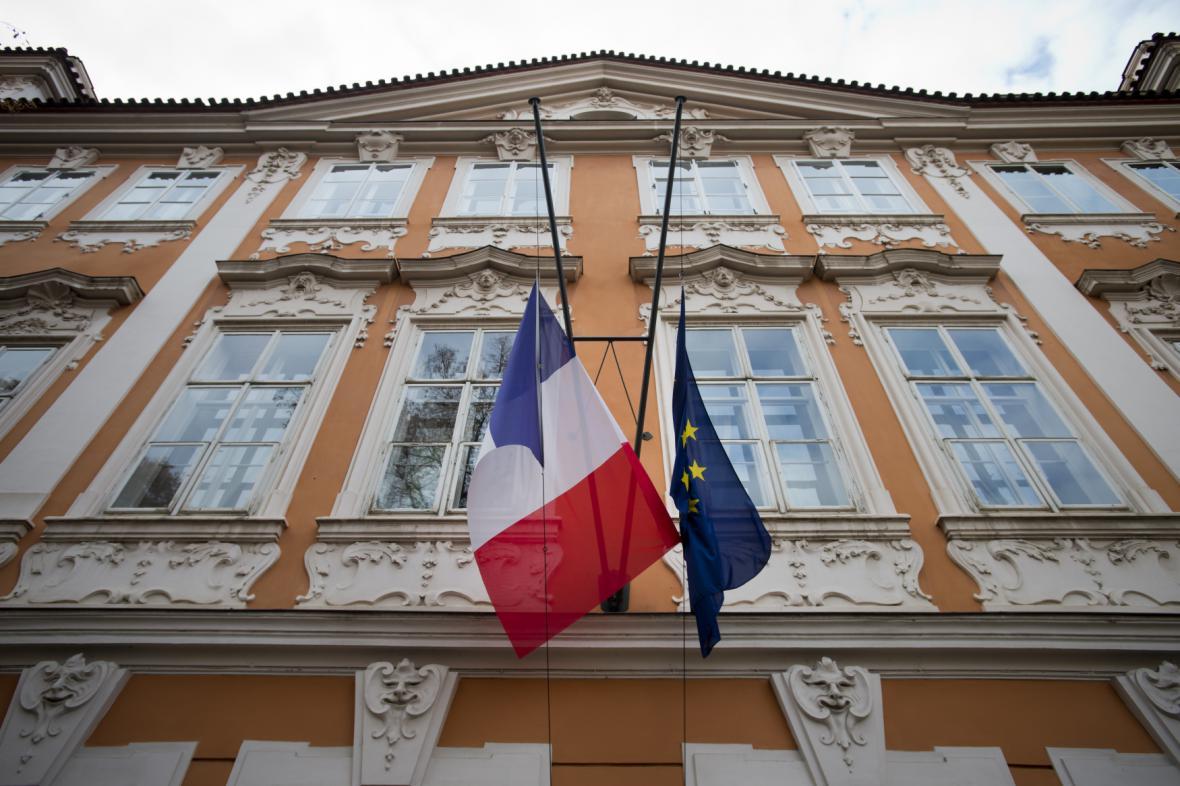 Francouzská ambasáda - vlajky spuštěné na půl žerdi
