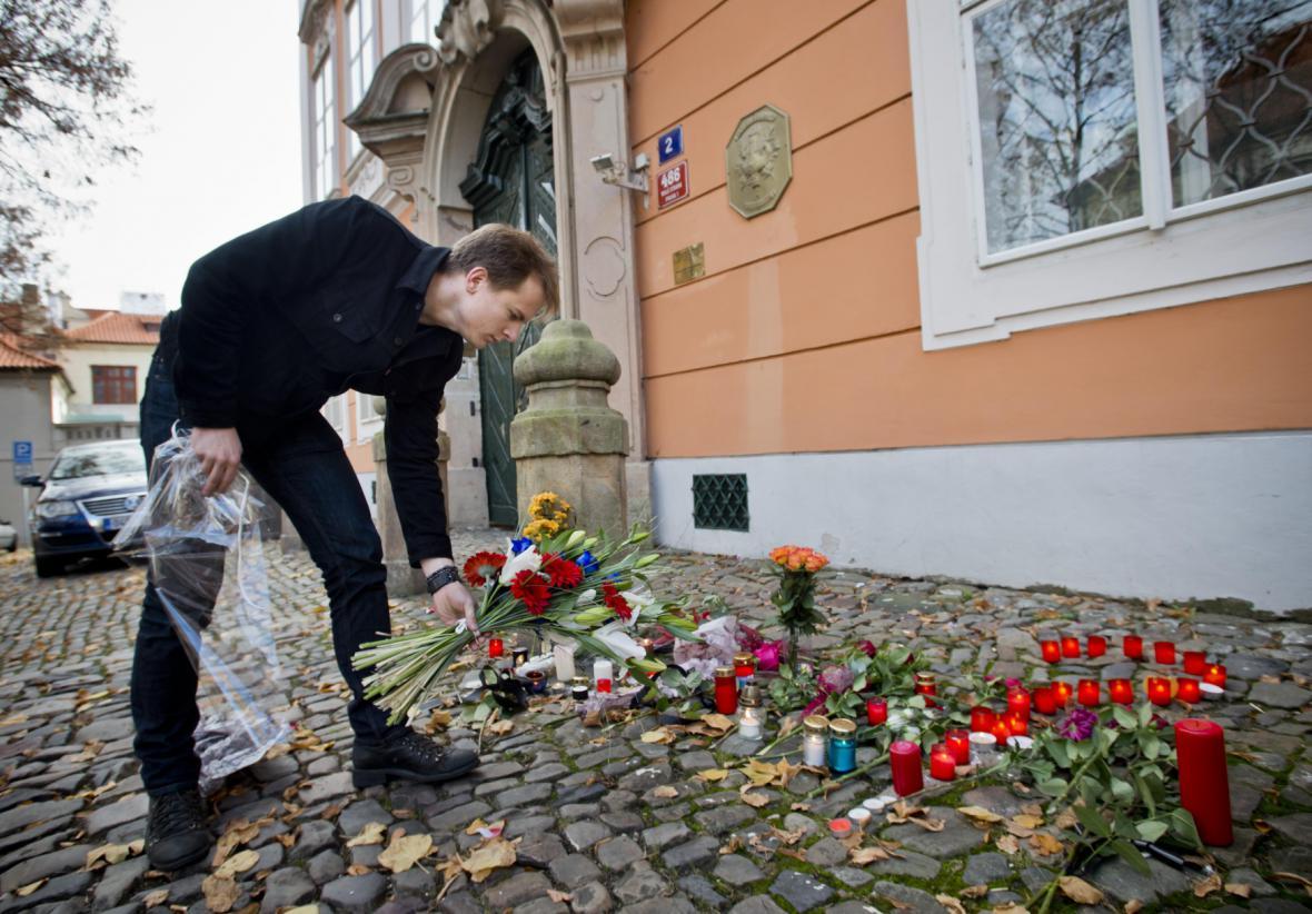 Pražané od rána přinášejí k francouzské ambasádě květiny a svíčky