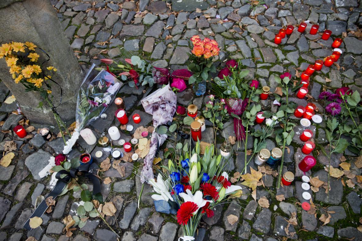 Květiny a svíčky před francouzským velvyslenectvím