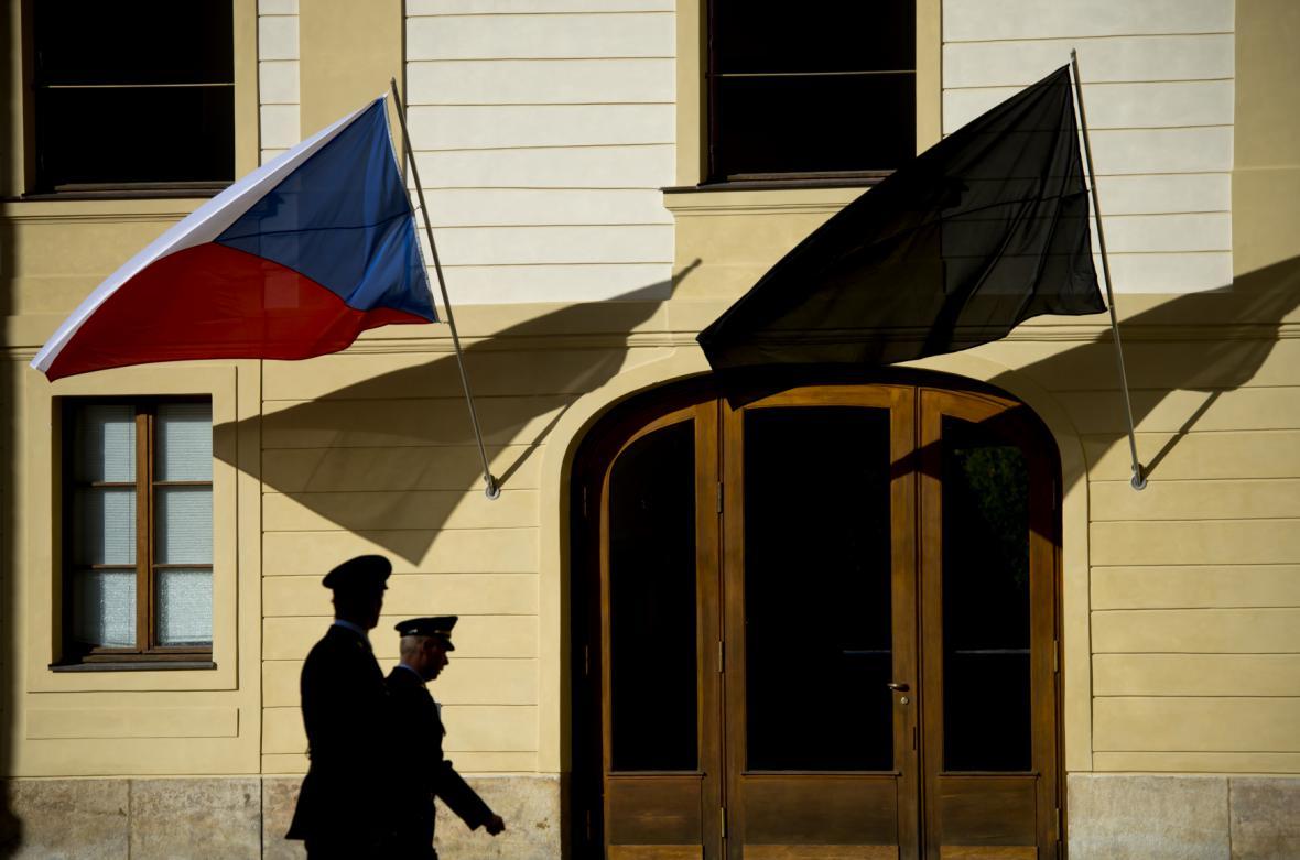 Na Hradě vlají černé prapory