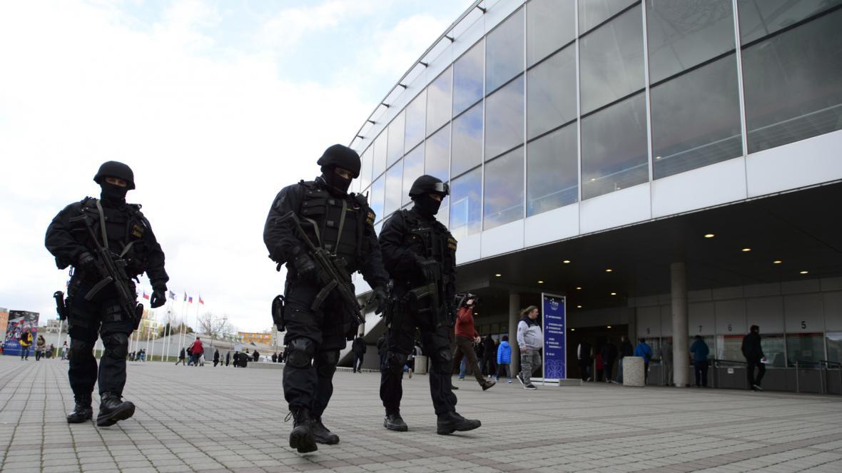 Policie zpřísnila ostrahu obchodních center a mezinárodních letišť