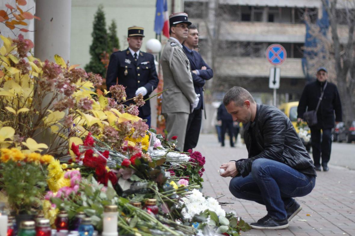 Květiny před francouzskou ambasádou v Kyjevě