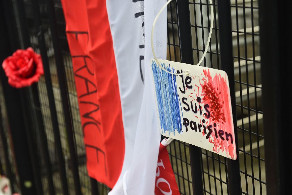 Květiny před francouzskou ambasádou ve Varšavě