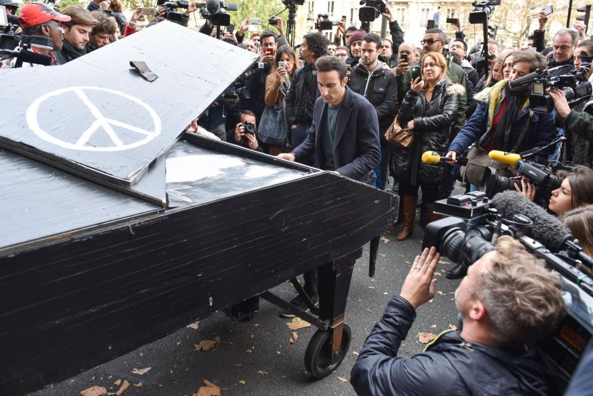 Muž hrající na piáno před klubem Bataclan