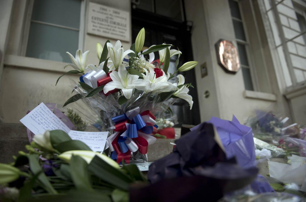 Květiny před francouzskou ambasádou v Londýně