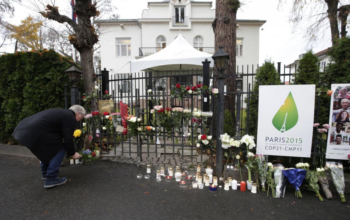 Květiny před francouzskou ambasádou v Oslu