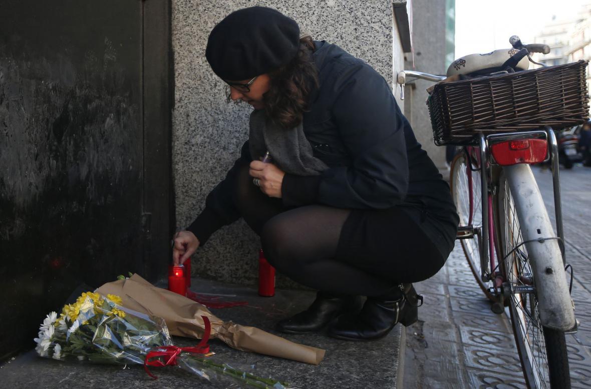 Svíčky před francouzským konzulátem v Barcelóně