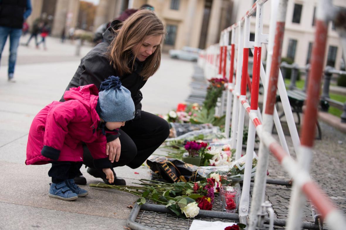 Květiny před francouzským velvyslanectvím v Berlíně