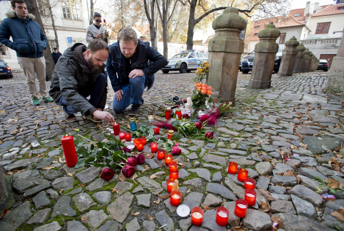 Svíčky a květiny před francouzskou ambasádou v Praze