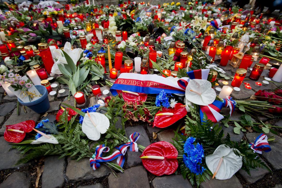 Květiny a svíčky před francouzskou ambasádou