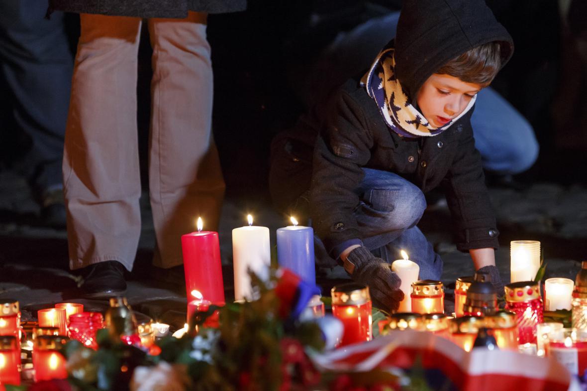Petřínská rozhledna v barvách francouzské vlajky
