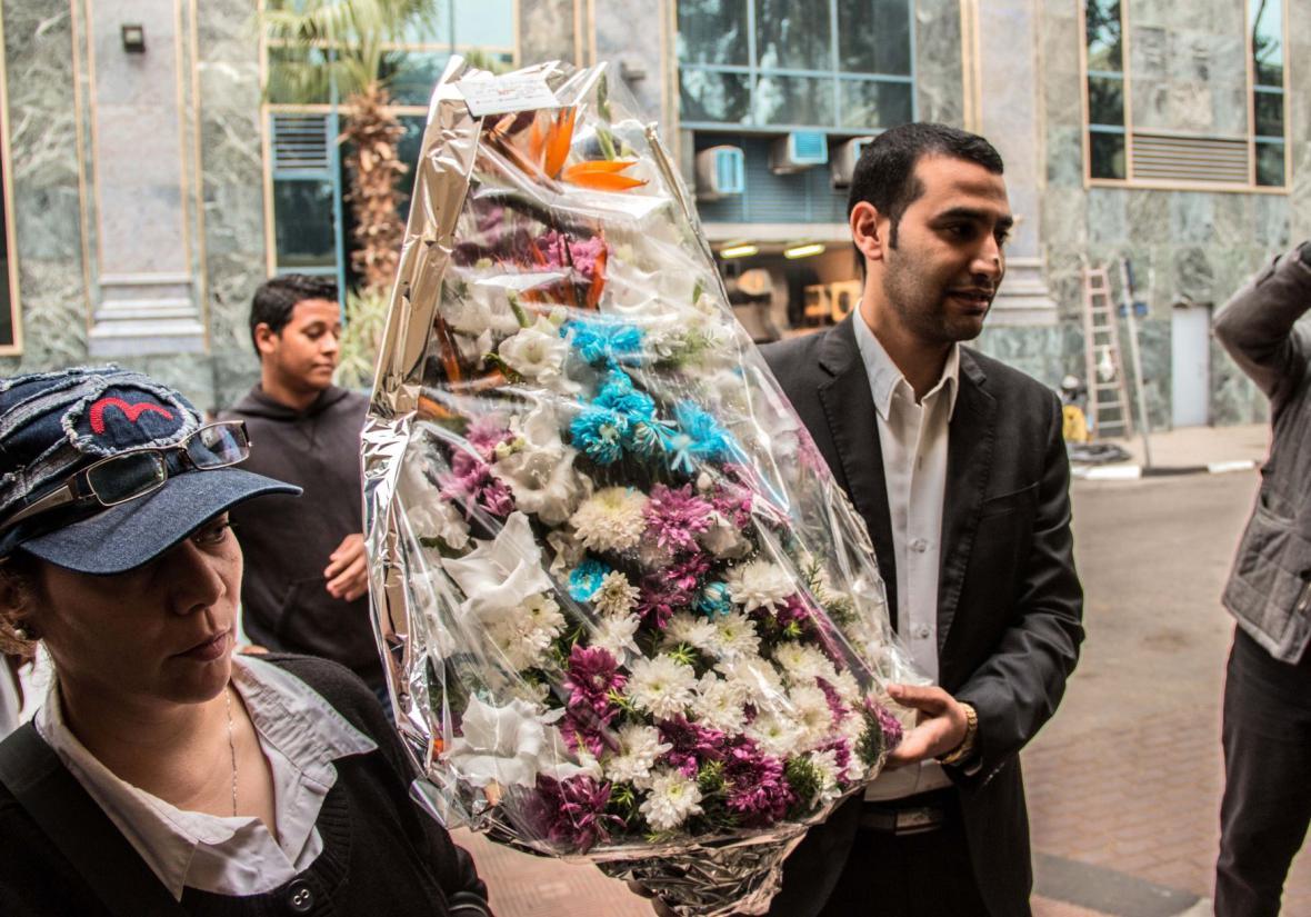 Květiny před francouzským velvyslanectvím v Káhiře