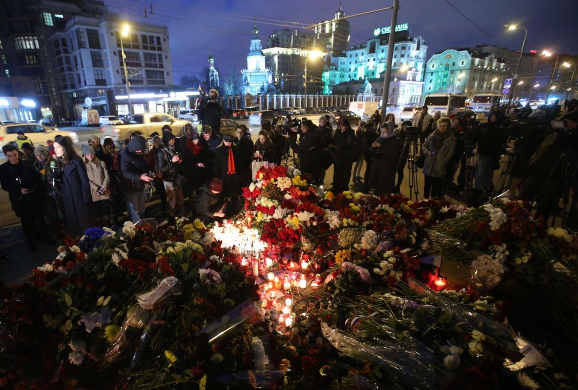 Svíčky zapálili obyvatelé Moskvy