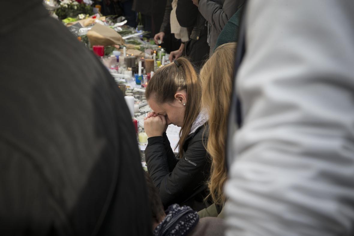 Evropa na minutu ztichla ve vzpomínce na Paříž