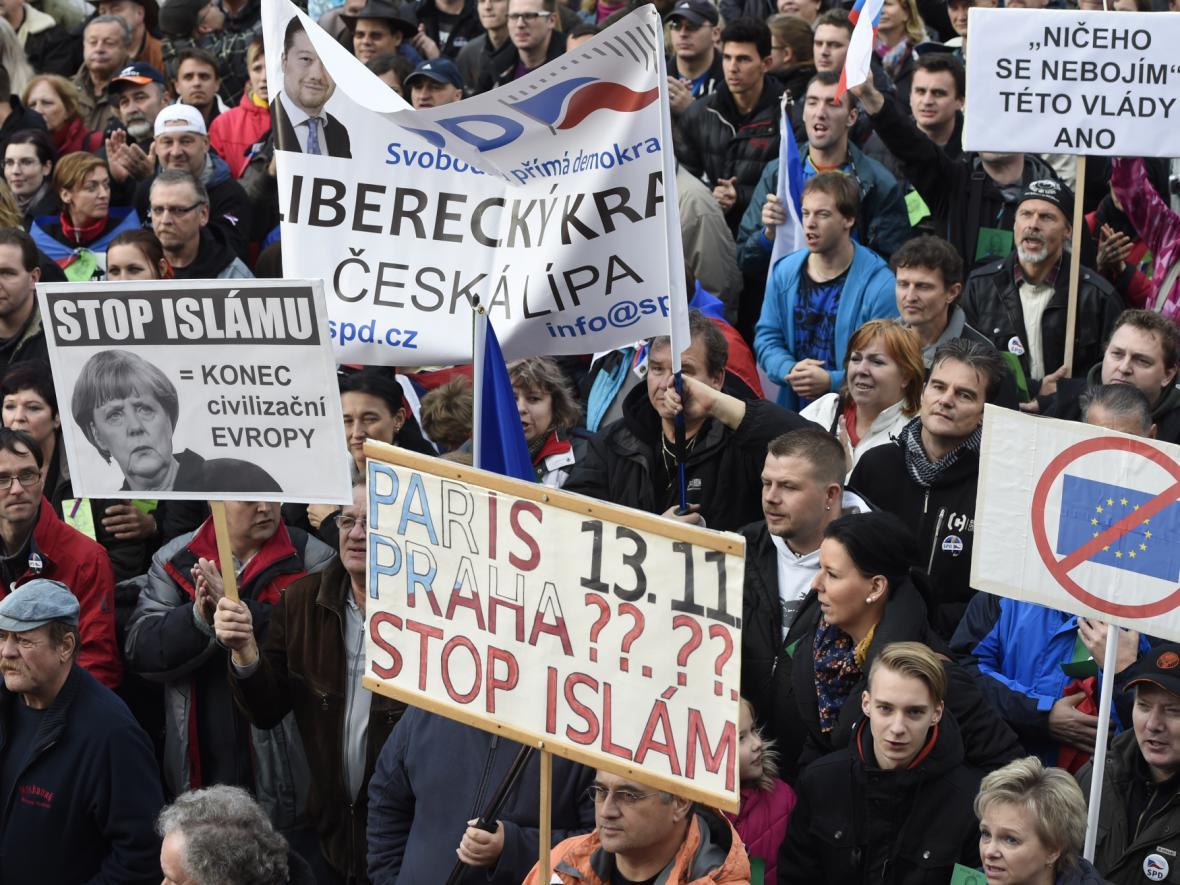 Václavské náměstí - 17. 11. 2015 - demonstrace Za naši kulturu a bezpečnou zem