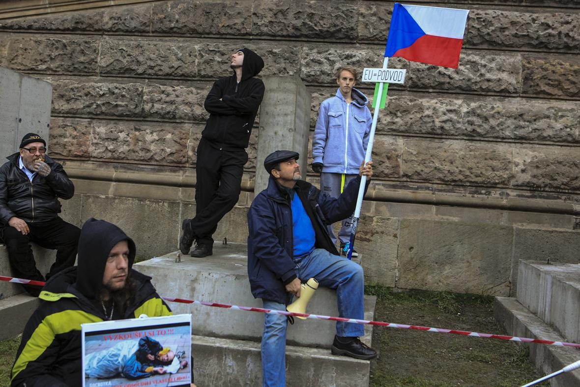 Účastníci demonstrace Za naši kulturu a bezpečnou zem na Václavském náměstí