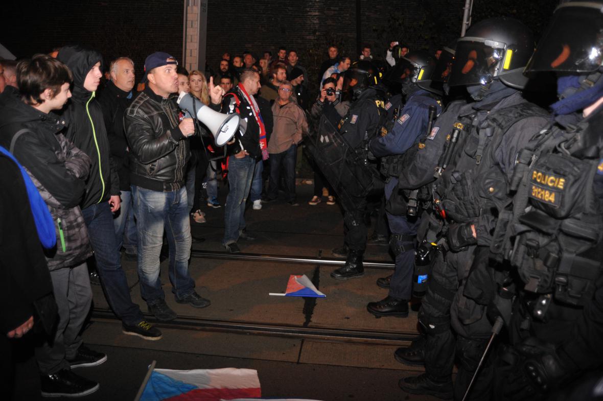 17. 11. 2015 - policie a demonstranci