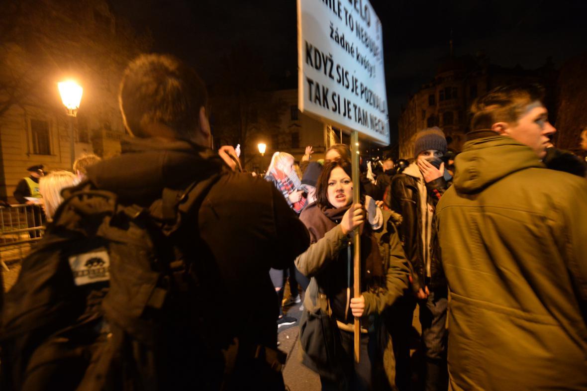 Policie zasáhla proti demonstrantům před Úřadem vlády
