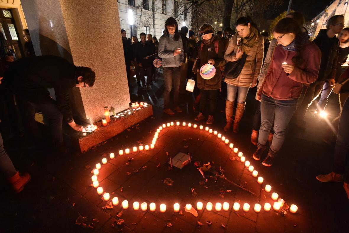 Studentský lampionový průvod v Brně - u Kaunicových kolejí účastníci zapálili svíčky obětem nacismu