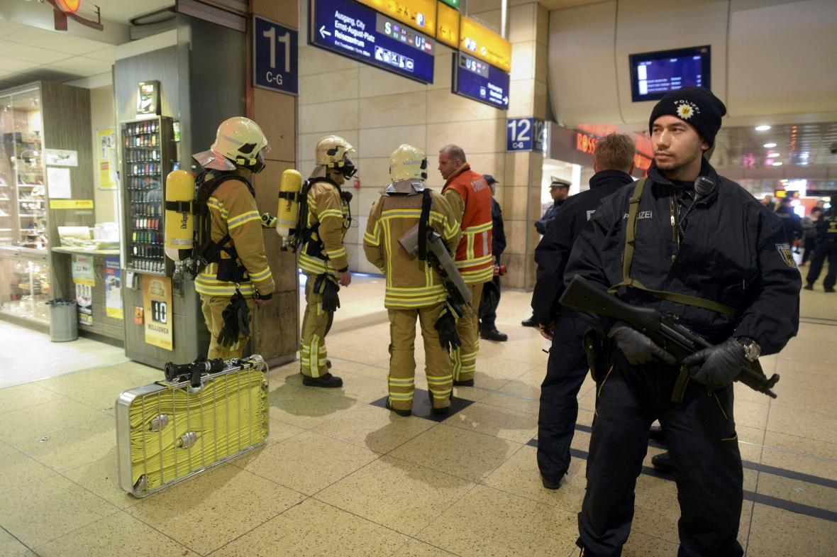 Německá policie hlídkuje na hannoverském nádraží