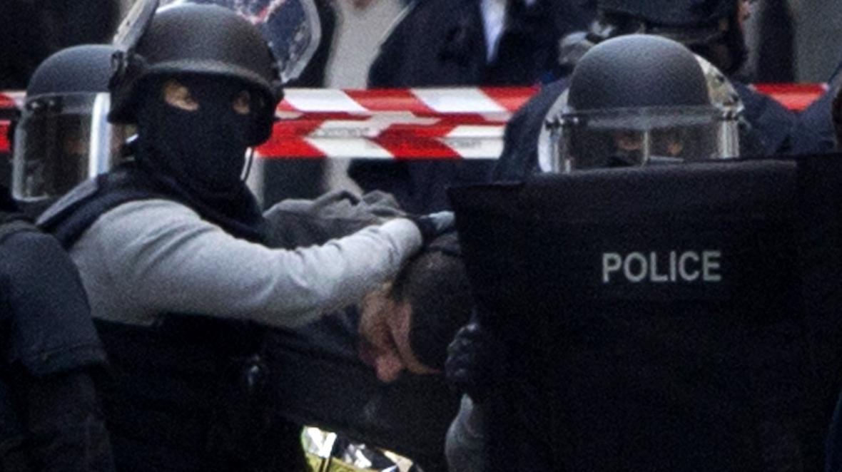 Policejní razie v Saint-Denis v Paříži