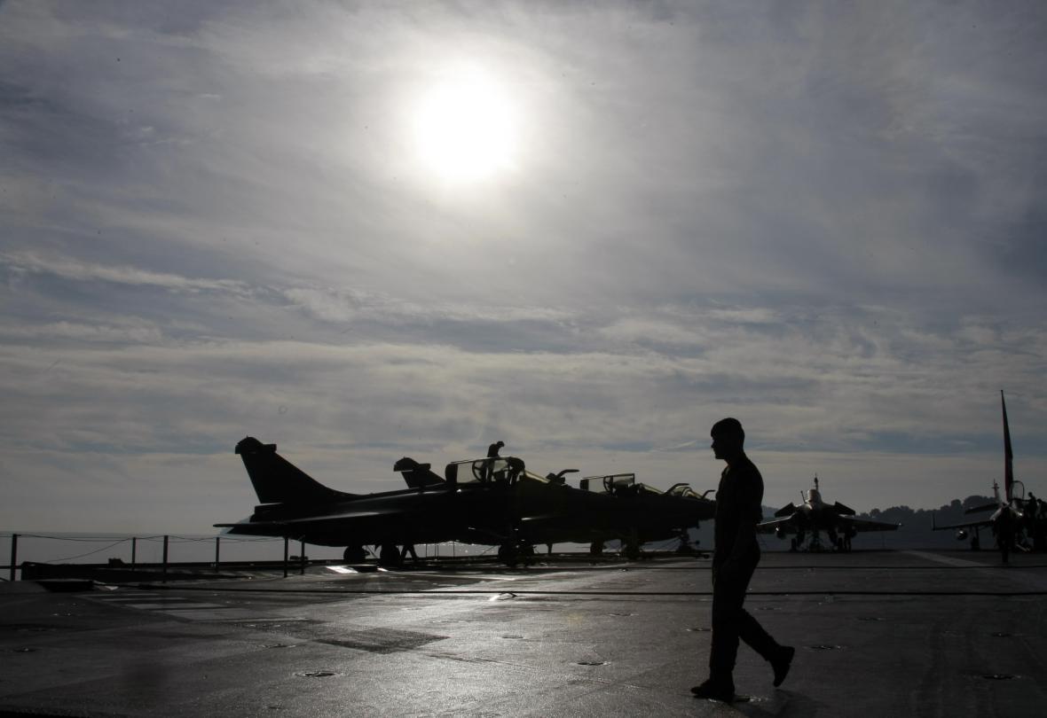 Na dostřel bašty islamistů míří loď Charles de Gaulle