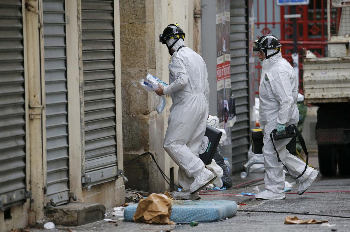 Policie na místě razie v Saint-Denis