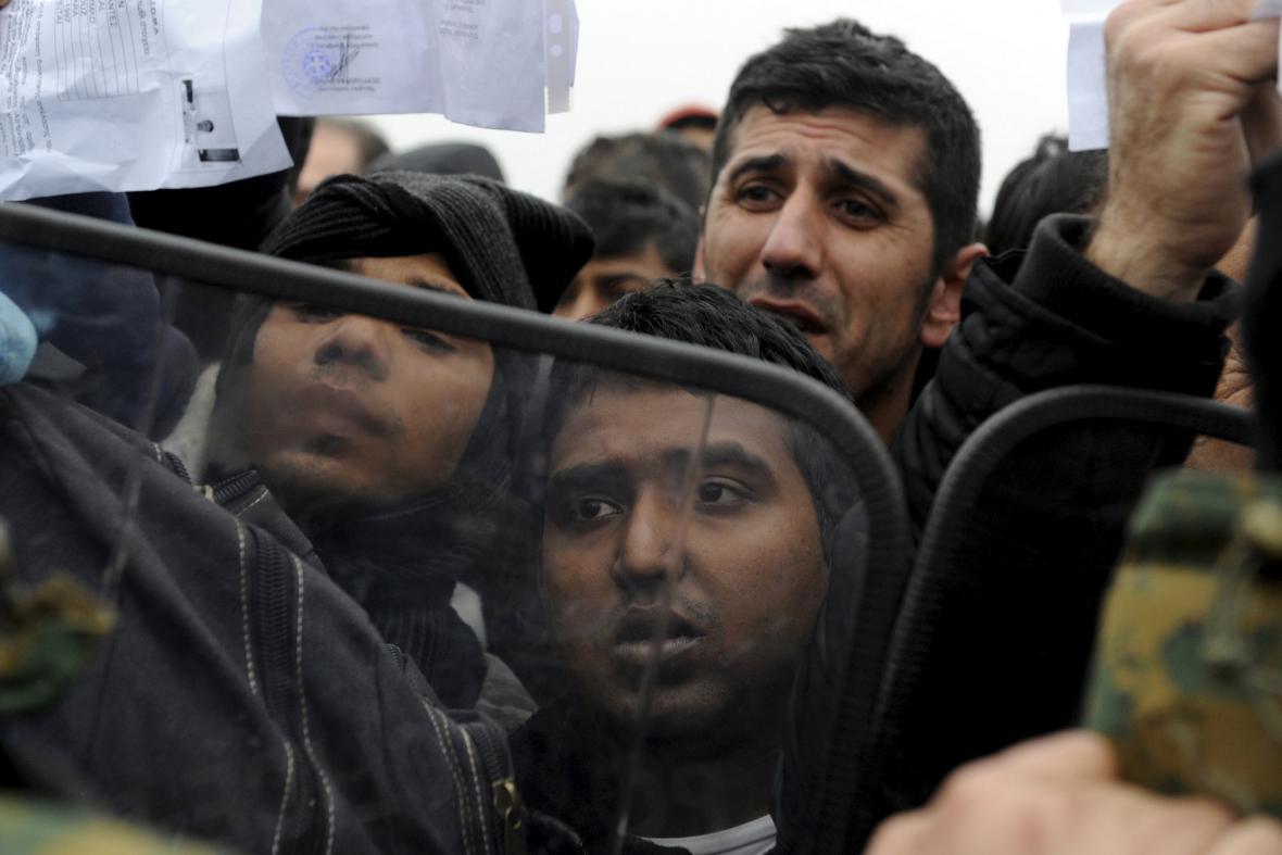 Uprchlíci se snaží překonat řecko-makedonskou hranici