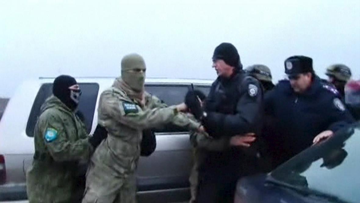 Aktivisté brání bezpečnostním silám na Krymu v přístupu ke zničenému sloupu elektrického vedení