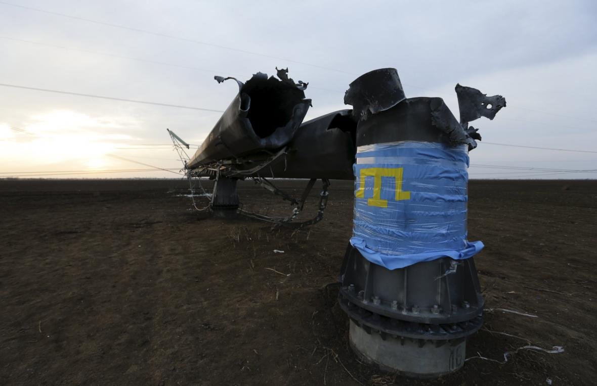 Zničený sloup elektrického vedení na Krymu
