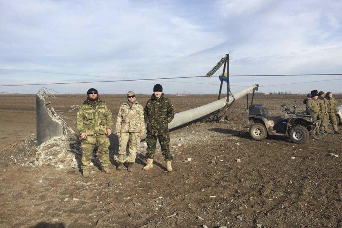 Aktivisté u zničeného sloupu elektrického vedení na Krymu