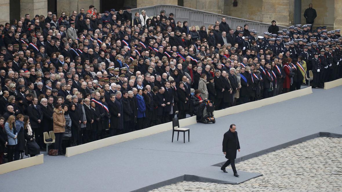 Pietní akt na počest obětí teroristických útoků v pařížské Invalidovně
