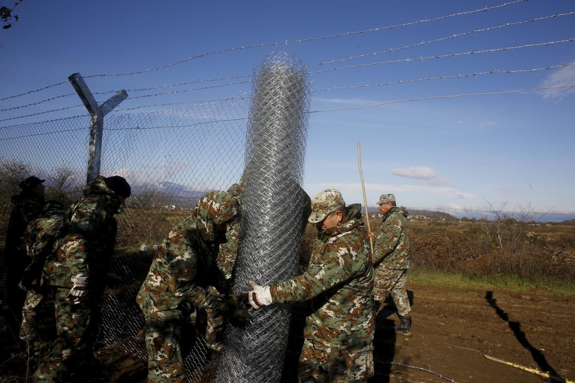 Makedonští vojáci staví plot na hranici s Řeckem