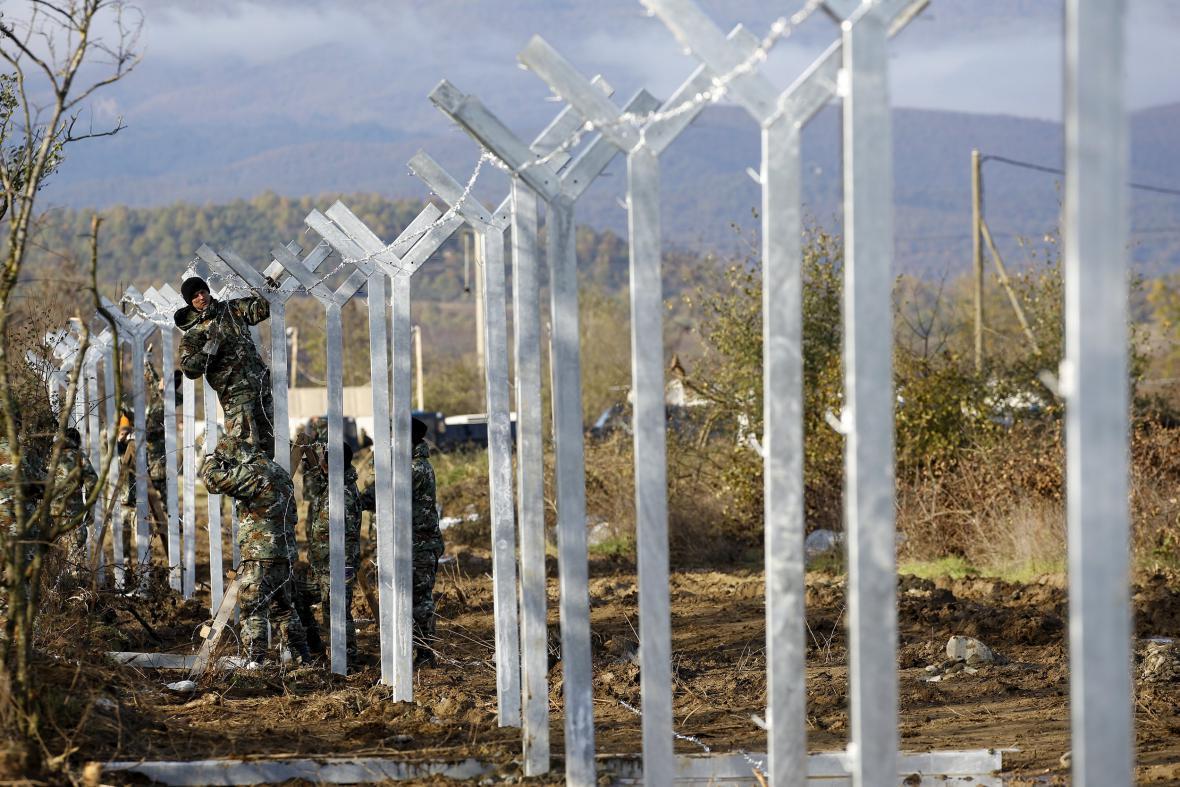 Stavba plotu mezi Makedonií a Řeckem