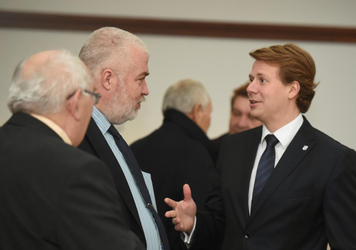 Michal Pobucký (vlevo) hovoří u soudu s obhájci