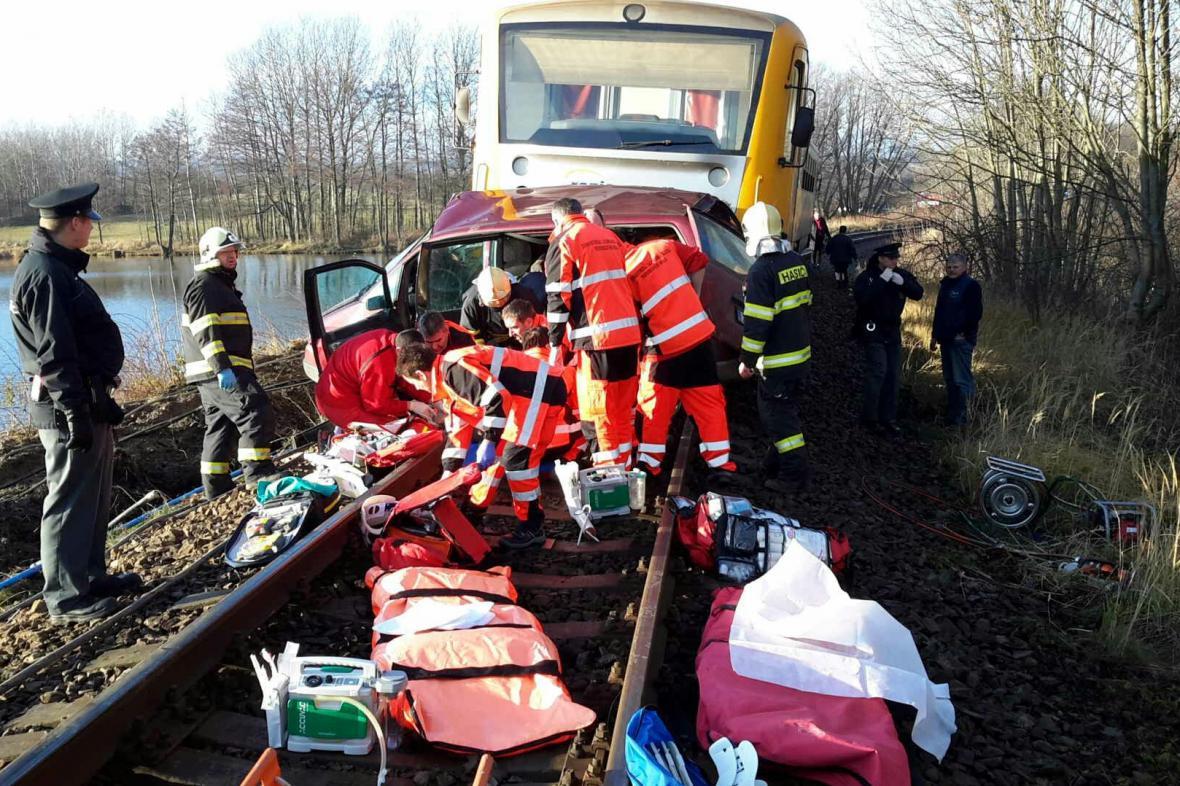 Po srážce s vlakem na Chrudimsku zahynuli v troskách auta tři lidé.