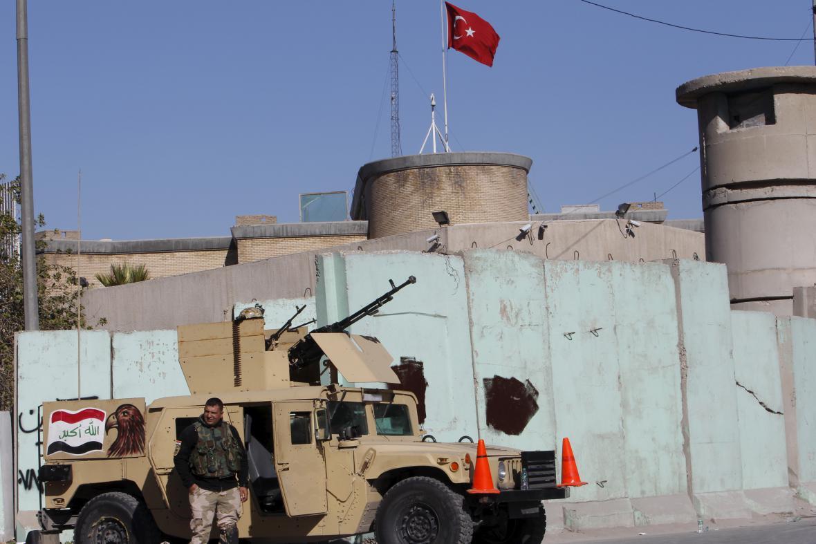 Irácké ozbrojené síly před tureckou ambasádou v Bagdádu