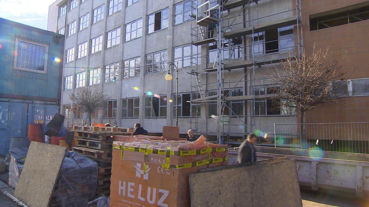 Oprava bývalé chemické průmyslovky, kde bude sídlit pobočka krajského soudu