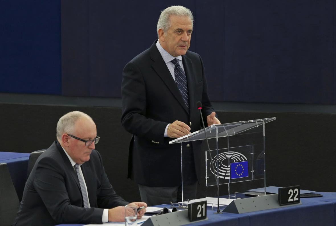 Avramopoulos a Timmermans představili plán na posílení Frontexu