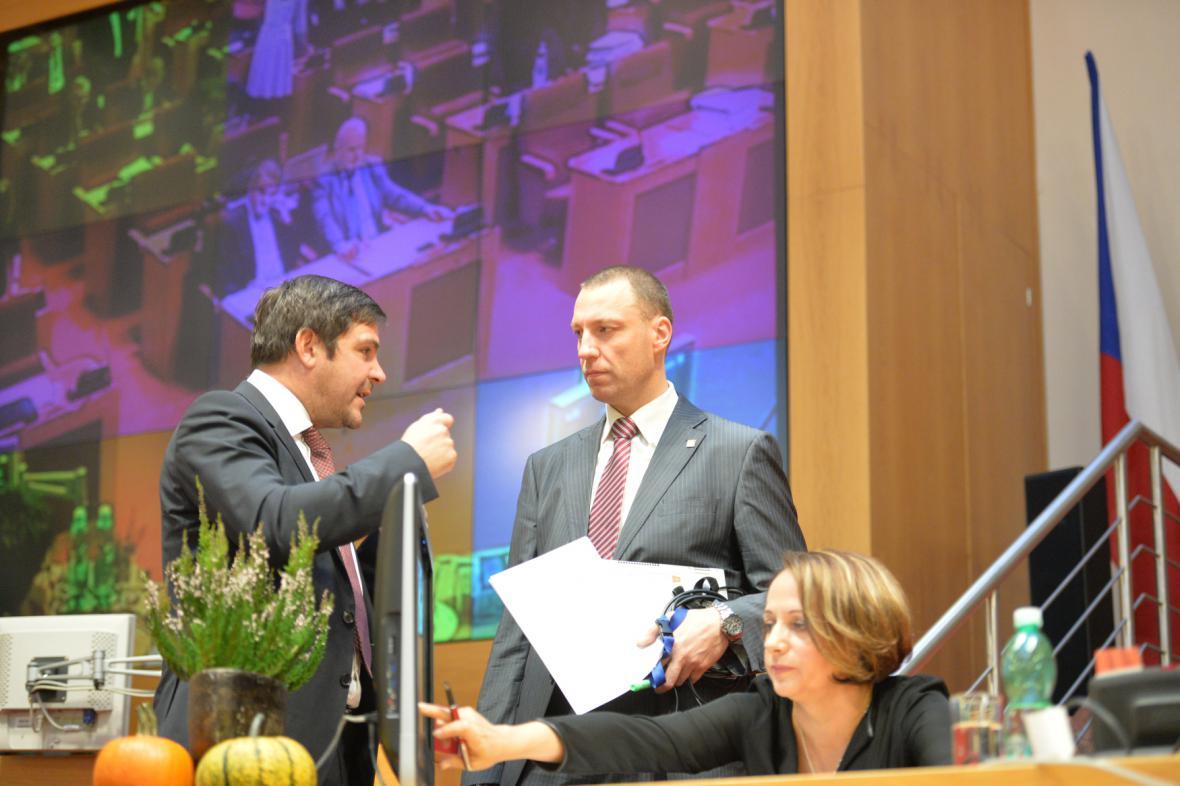 Jan Wolf (KDU-ČSL/Trojkoalice), Karel Březina (ČSSD) a primátorka Adriana Krnáčová (ANO) na jednání zastupitelstva 5. listopadu