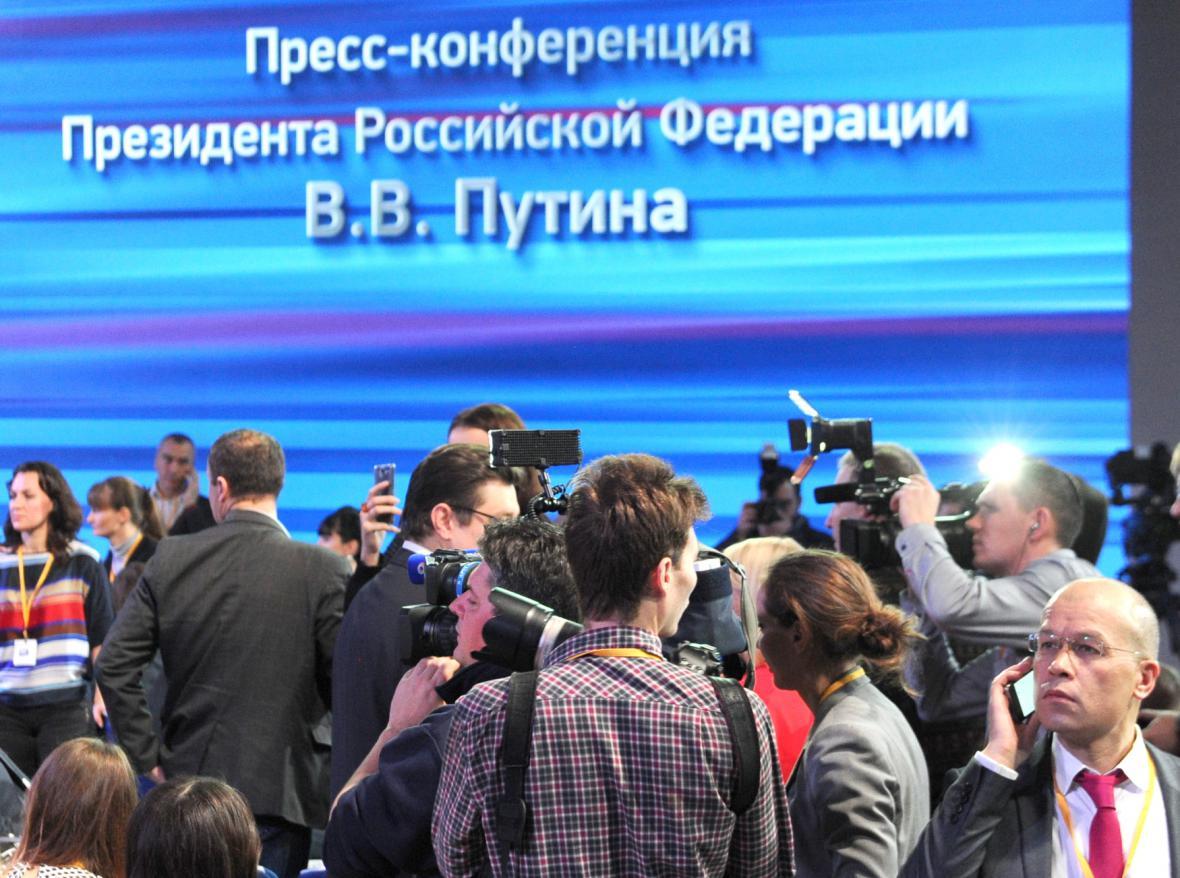 Novináři před vystoupením Putina