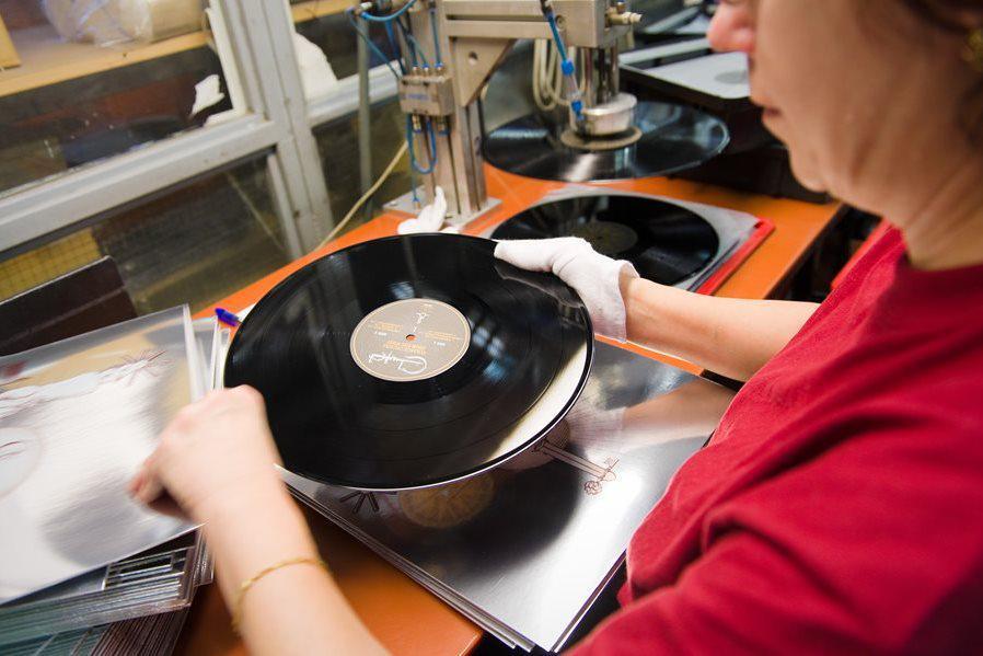 Balení vinylů v Loděnici