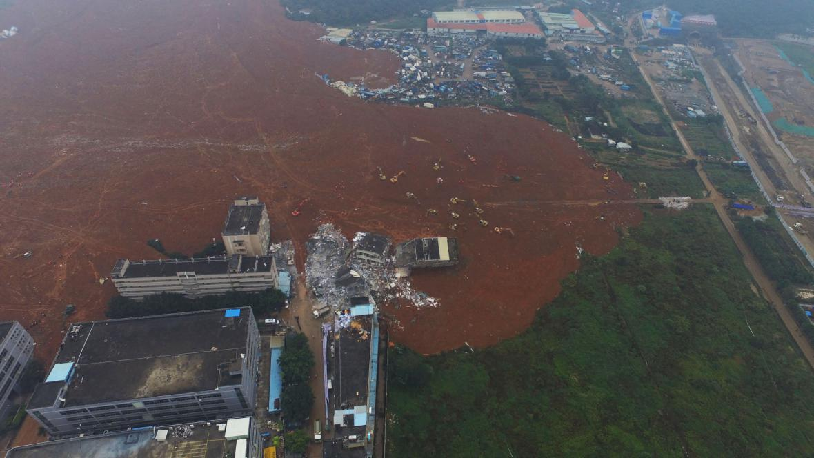 Následky sesuvu půdy v čínském Šen-čenu