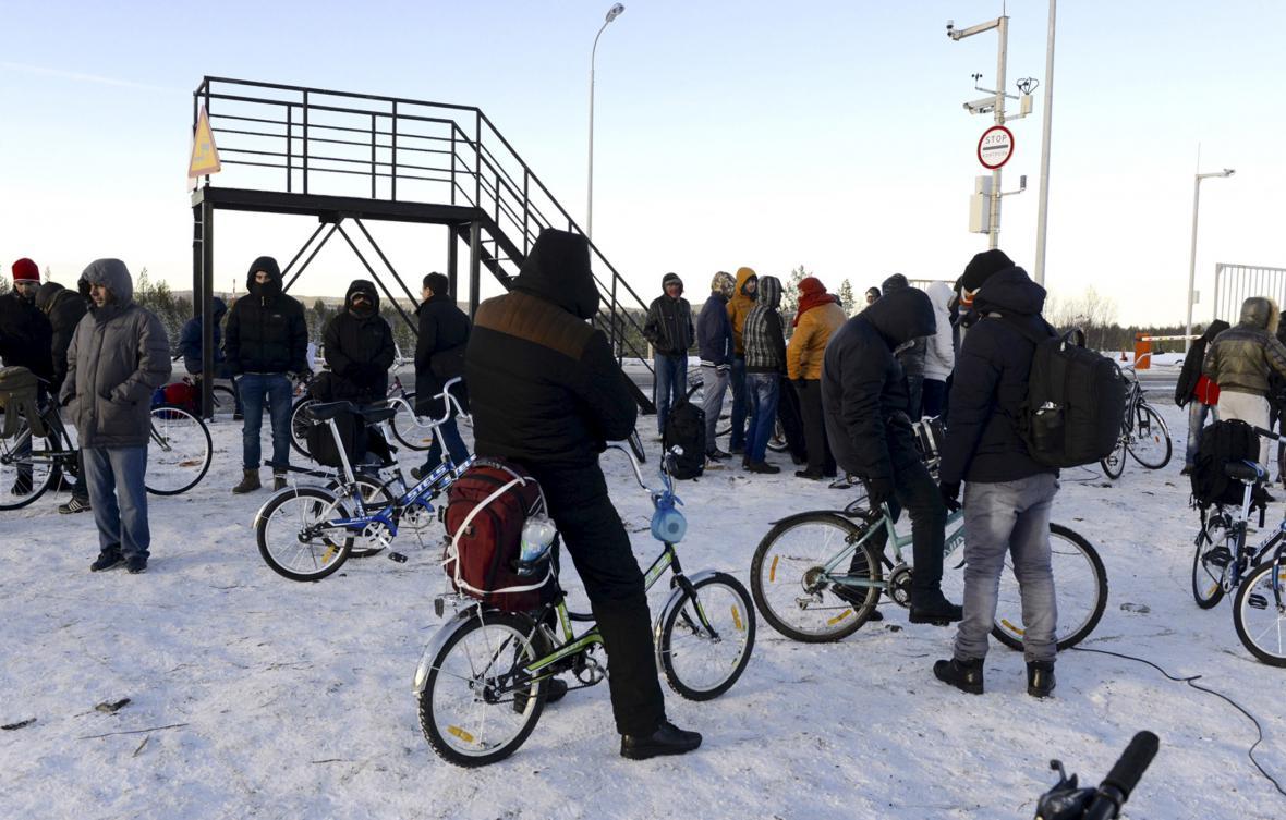 Běženci se shromažďují na jednom ze severních ruských přechodů