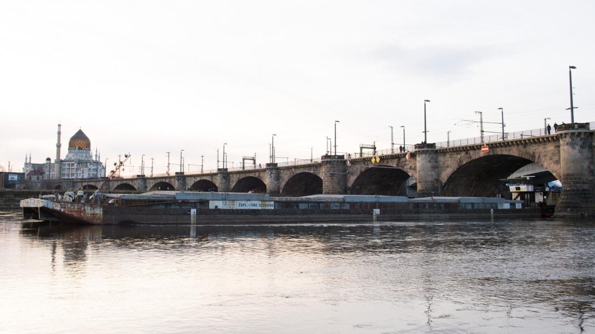 Uvíznutá česká loď v Drážďanech